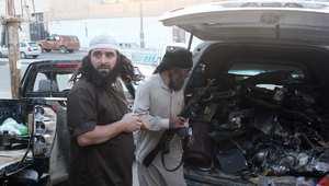 مقاتلون من داعش يحملون قطعا في سيارة قالوا بأنها حطام طائرة بدون طيار سقطت بعد اصطدامها ببرج اتصالات في الرقة 23 سبتمبر/ أيلول 2014