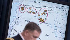 جنرال أميركي أمام خريطة رسم عليها مواقع لتنظيم داعش