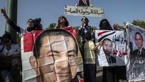 مصريون مؤيدون للرئيس السابق حسني مبارك يرفعون صوره أمام مستشفى المعادي العسكري قبل توجهه إلى قاعة المحكمة 27 سبتمبر/ أيلول 2014
