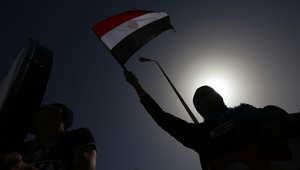 مواطنة مصرية ترفع العلم المصري