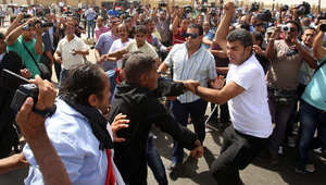 مؤيدون ومعارضون لمبارك يشتبكون خارج أكاديمية الشرطة في القاهرة خلال محاكمته