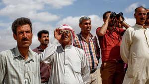 سوريون أكراد يراقبون المعارك مع داعش من منطقة الحدود التركية السورية