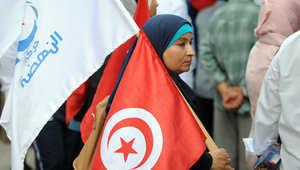 مؤيدة لحركة النهضة الاسلامية أمام كاتدرائية تونس في شارع الحبيب بورقيبة في العاصمة التونسية