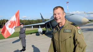 طيار كندي أمام طائرته من طراز F-18