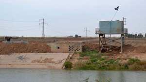 علم داعش يرفرف على ضفة النهر 25 كيلومتر جنوب غرب مدينة كركوك