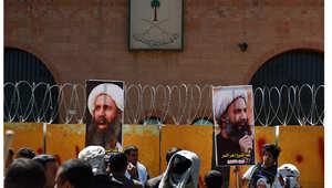 أرشيف - يمنيون يحتجون أمام السفارة السعودية في صنعاء على الحكم الصادر بحق المعارض الشيعي نمر النمر، 18 أكتوبر/ تشرين الأول 2014
