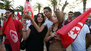 أنصار حزب الدستور يحملون أعلام تونس والحزب