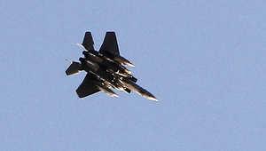 """طائرة تابعة لقوات التحالف تحلق فوق مدينة """"كوباني"""" عين العرب، في شمال سوريا"""