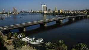 سيارات على جسر الجامعة عند نهر النيل في القاهرة