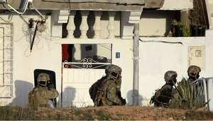 أفراد من الجيش التونسي قرب المنزل الذي يتحصن به المسلحون