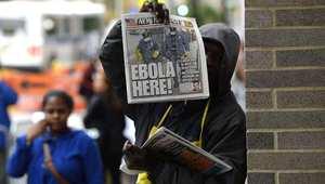 """يظهر على الصحيفة عنوان """"إيبولا هنا"""" حيث احتل ثبوت إصابة طبيب في نيويورك بمرض أيبولا بعد عودته من مهمة طبية في غرب أفريقيا"""