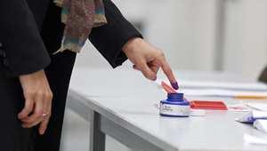تونسية تغمس اصبعها بالحبر بعد أن مارست حقها الانتخابي في باريس 24 أكتوبر/ تشرين الأول 2014