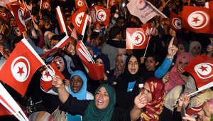 أنصار حركة النهضة يلوحون بالأعلام في انتظار كلمة زعيم الحزب بعد الانتخابات التشريعية