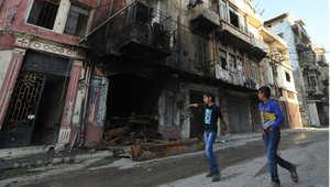 أرشيف- طفلان يسيران في حي باب التبانه السني بطرابلس بعد قتال ضار شهده بين القوات اللبنانية ومسحلين إسلاميين قتل فيه 16 شخصا على الأقل وأدى لتشريد الآلاف 28 أكتوبر/ تشرين الأول 2014