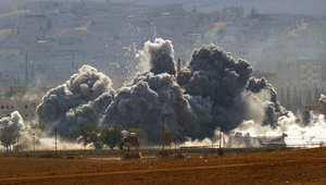 دخان وشظايا تتصاعد بعد انفجار نجم عن غارة لطيران التحالف على مواقع بمدينة كوباني شمال سوريا 28 أكتوبر/ تشرين الأول 2014