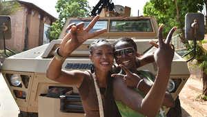 نساء في واغادوغو عاصمة بوركينا فاسو يدعمن الجيش لتولي السلطة بعد استقالة الرئيس