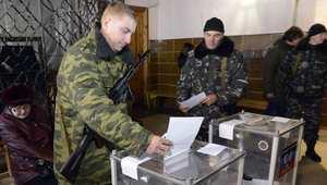 مسلحون موالون لروسيا في أقليم دونيتسك، يشاركون في الانتخابات المثيرة للجدل 2 نوفمبر/ تشرين الثاني 2014