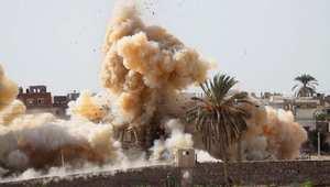 تصاعد الدخان والغبار بعد تدمير منازل في الشريط الحدودي بين مصر وغزة في مدينة رفح