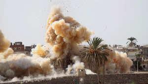 الدخان يتصاعد جراء تفجيرات الجيش المصري في رفح عند الحدود مع قطاع غزة لإخلاء المنطقة من السكان وتدمير الأنفاق