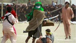 مجموعة من المسلمين الشيعة في مدينة النجف يمثلون مقتل الإمام الحسين في معركة كربلاء