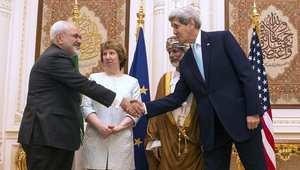 ظريف يصافح كيري في مسقط وخلفهما وزير خارجية عمان وكاثرين أشتون