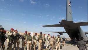 """طائرة نقل عسكرية تحمل القوات العراقية إلى مناطق القتال لمواجهة تنظيم """"داعش"""""""