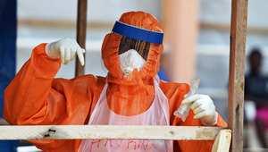 عامل صحي يرتدي اللباس الواقي لتجنب الإصابة بإيبولا ، فريتاون - سيراليون 11 نوفمبر/ تشرين الثاني 2014