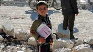 طفل سوري خارج مدرسته في مارع بعد غارات لطيران النظام 2013