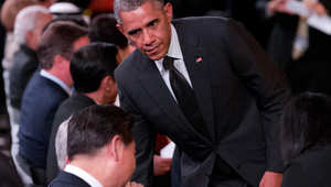 أوباما ينظر باتجاه الرئيس الصيني لدى وصوله لمشاهدة حفل الترحيب أثناء قمة مجموعة العشرين بريسبان في أستراليا