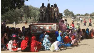 التقطت هذه الصورة خلال جولة نظمتها القوات الحكومة السودانية ويظهر فيها جنود يحرسون بلدة تابت شمال دارفور بعد تقارير عن حالات الاغتصاب الجماعي ، نوفمبر/ تشرين الثاني 2014