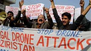 ناشطون باكستانيون يتطاهرون بشعارات تطالب بوقت غارات الطائرات بدون طيار في وزيرستان، 26 ديسمبر/ كانون الأول 2013