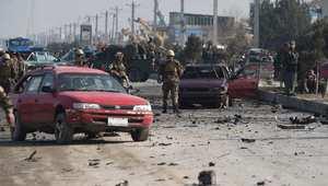 رجال أمن أفغان يحققون في موقع تفجير استهدف موكب دبلوماسي في كابول 27 نوفمبر/ تشرين الثاني 2014