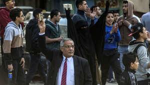متظاهرون يحملون نسخاً من القرآن يرددون هتافات ضد الجيش والشرطة في القاهرة