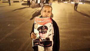 رجل مصري يحمل صورة للرئيس عبدالفتاح السيسي في القاهرة