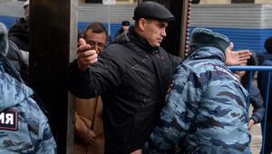 عمليات تفتيش دقيق تتم على ايدي عناصر بالأمن الروسي