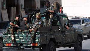 رجال أمن يمنيون ينقلون مشتبها بانتمائه لتنظيم القاعدة إلى المحكمة في صنعاء 2 ديسمبر/ كانون الاول 2014