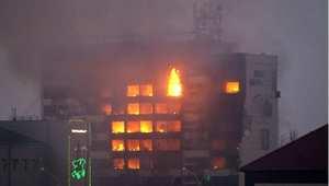 """النيران تشتعل في مبنى """"بيت الصحافة"""" وسط العاصمة الشيشانية غروزني حيث جرى الاشتباك بين عناصر مسلحة ورجال الأمن الروسي 4 ديسمبر/ كانون الأول 2014"""