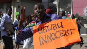 أحد أنصار الرئيس الكيني يحتفل في شوارع نيروبي بعد حكم المحكمة الجنائية الدولية بإسقاط تهم ضده بارتكاب جرائم ضد الإنسانية