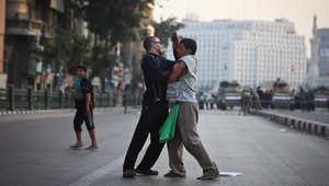 مؤيد لمبارك يتشاجر مع رجل يحتج على قرار إسقاط تهمة القتل ضد الرئيس المخلوع