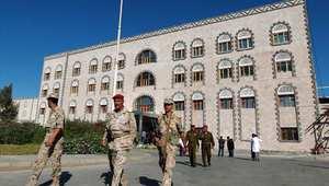 عسكريون يمنيون أمام مبنى وزارة الدفاع في صنعاء بعد الإعلان عن العملية التي نفذتها القوات الأمريكية لإنقاذ رهينتين 6 ديسمبر/ كانون الأول 2014