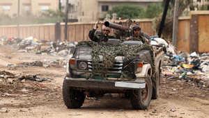 قوات موالية للخليفة حفتر تقاتل إلى جانب الجيش الليبي في اشتباكات مسلحين اسلاميين في شرق مدينة بنغازي