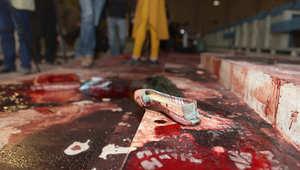 حذاء فتاة على الأرض الملطخة بالدماء