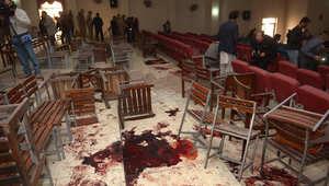 مصور باكستاني يصور الأرض الممتلئة بالدماء في قاعة الحفلات بالمدرسة