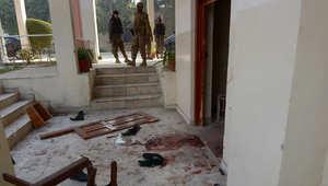 جنود الجيش الباكستاني بعد يوم من الهجوم الذي شنه مسلحو طالبان على المدرسة