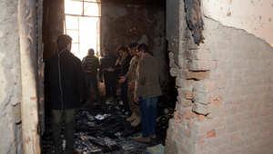 وسائل إعلام باكستانية وجنود يتفقدون غرفة محترقة في المدرسة التي يديرها الجيش