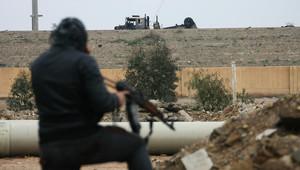 مسلح عراقي قرب الطريق الواصل بين بغداد والفلوجة