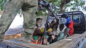 مشتبه في انتمائهم لحركة الشباب الصومالية معتقلون في سيارة عسكرية بعد هجوم على مقر قوات الاتحاد الافريقي في مقديشو 26 ديسمبر/ كانون الأول 2014