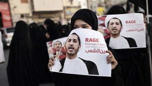 بحرينيات يرفعن صور رئيس جمعية الوفاق الشيخ علي سلمان احتجاجا على اعتقاله من قبل السلطات