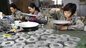 عاملات في مصنع بالصين