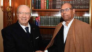 الرئيس التونسي المنتخب حديثا الباجي قائد السبسي يصافح سلفه منصف المرزوقي